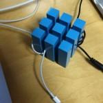 デスク上のコードを整理できる立方体「cubeケーブルホルダー」