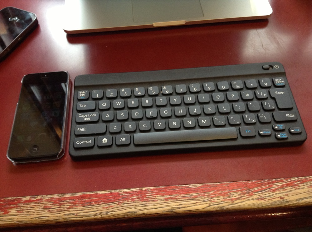 ポケモンキーボードとiPhone 5で大きさ比較
