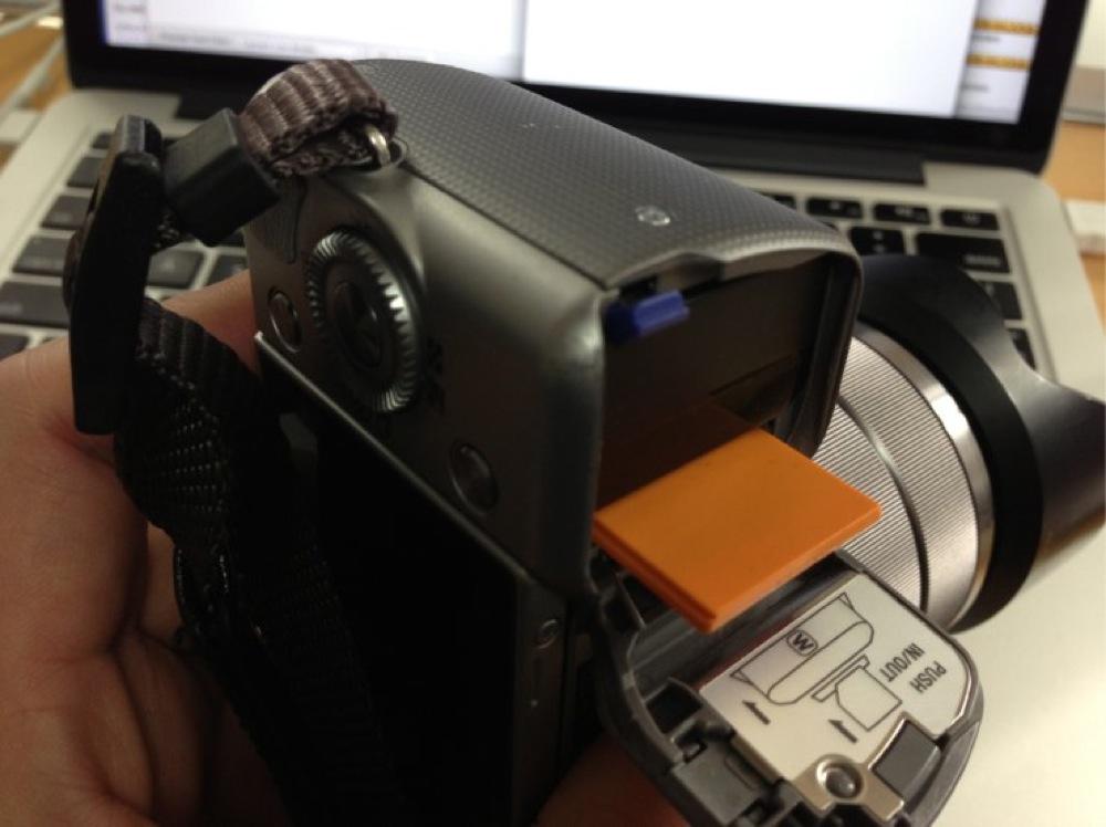 設定が終わったらカメラのSDカードスロットに入れればOK