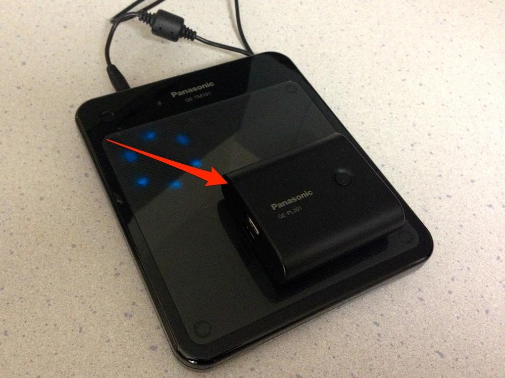 モバイル電源パックを充電パッドの上に置く